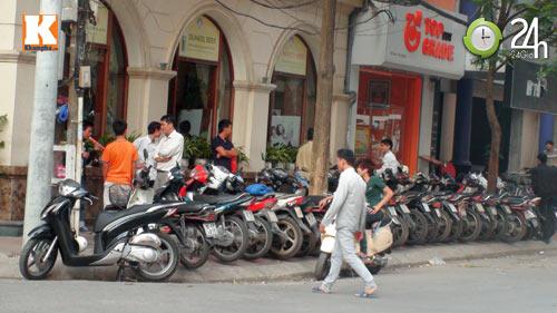 Hà Nội lại nở rộ bãi giữ xe tự phát - 13