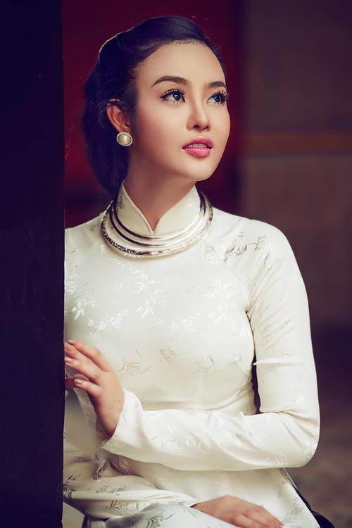 Julia Ho lay lai hinh anh bang ao dai