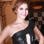 Thời trang - Andrea Aybar ý nhị với váy xẻ ngực