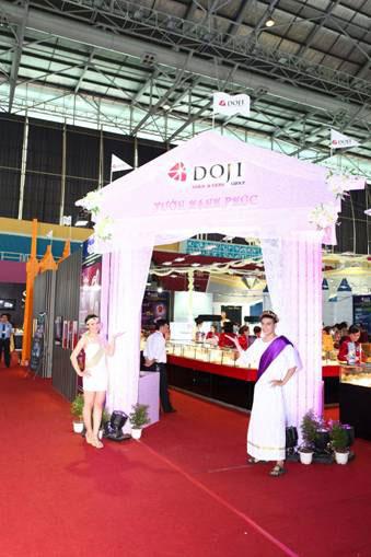 Chen chân mua nhẫn cưới DOJI - 1