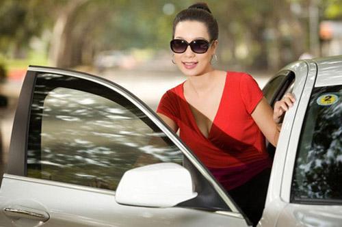 Á hậu Kim Chi khoe BMW 520i bạc tỷ - 1