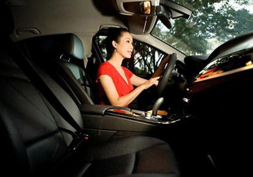 Á hậu Kim Chi khoe BMW 520i bạc tỷ - 2