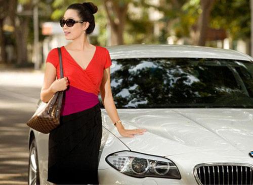 Á hậu Kim Chi khoe BMW 520i bạc tỷ - 3