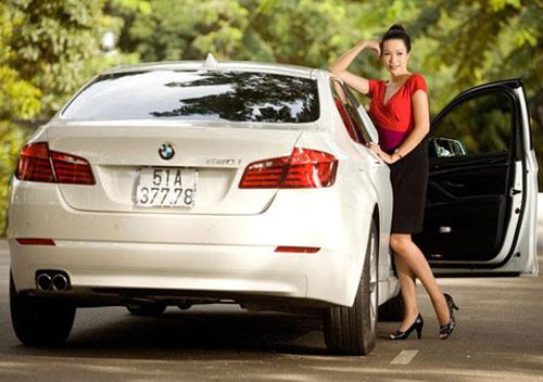 Á hậu Kim Chi khoe BMW 520i bạc tỷ - 5