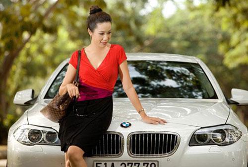 Á hậu Kim Chi khoe BMW 520i bạc tỷ - 8