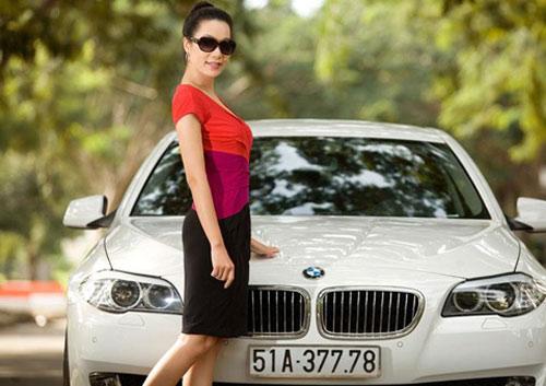 Á hậu Kim Chi khoe BMW 520i bạc tỷ - 9