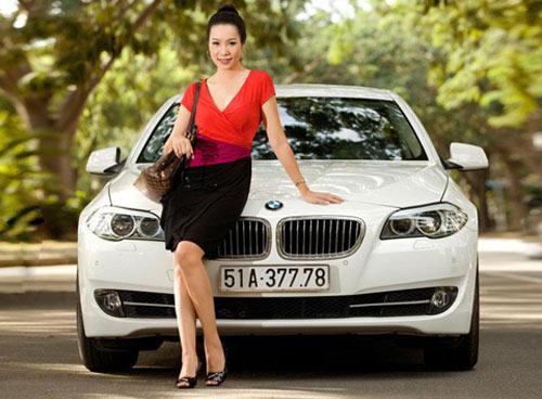 Á hậu Kim Chi khoe BMW 520i bạc tỷ - 10