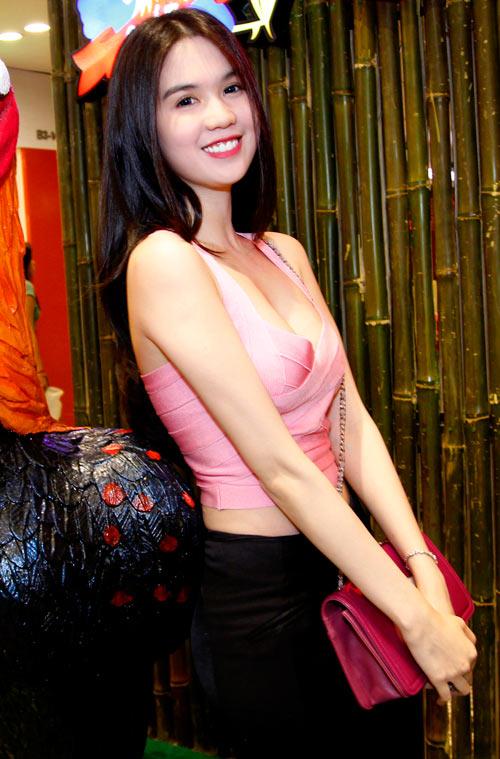 Ngoc Trinh mac crop top khoe eo thon