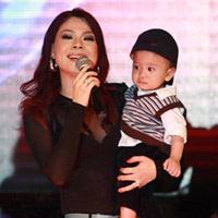 """Thanh Thảo khoe """"con"""" trên sân khấu"""