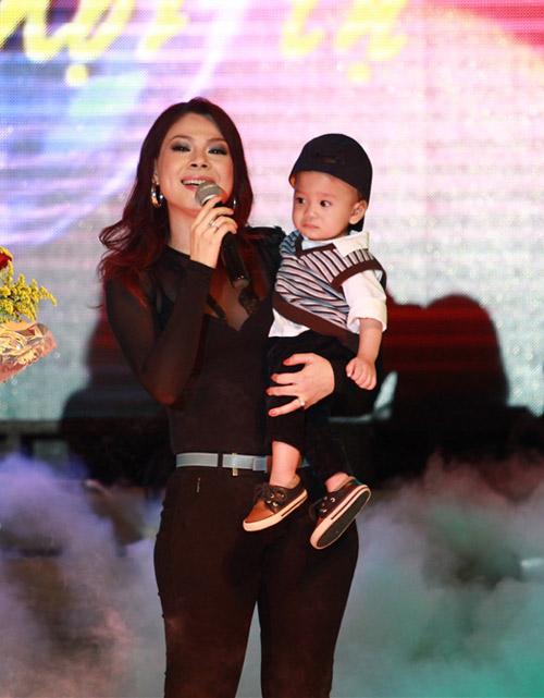 """Thanh Thảo khoe """"con"""" trên sân khấu - 2"""