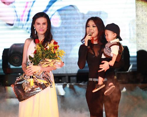"""Thanh Thảo khoe """"con"""" trên sân khấu - 1"""