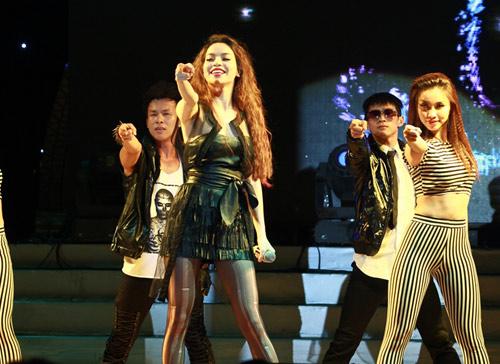 """Thanh Thảo khoe """"con"""" trên sân khấu - 9"""