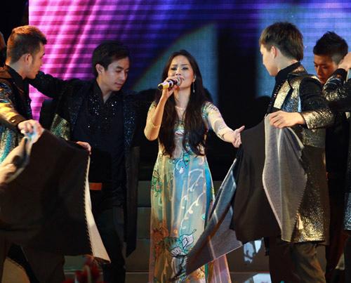 """Thanh Thảo khoe """"con"""" trên sân khấu - 15"""