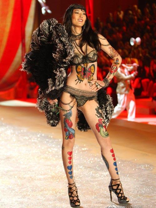 Người mẫu bán nude hôn rắn để câu khách - 5