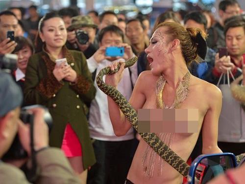 Người mẫu bán nude hôn rắn để câu khách - 2