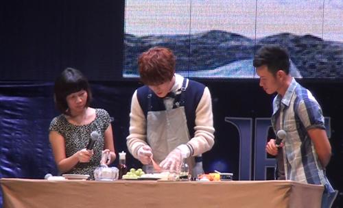 Jae Joong tự làm cơm cuộn mời fan Việt - 3