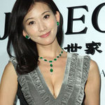 Thời trang - Lâm Chí Linh chèn ép bầu ngực chật