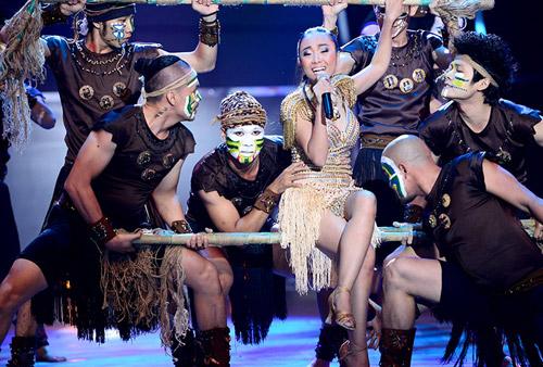 Đoan Trang mạo hiểm trên sân khấu - 4