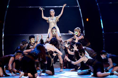 Đoan Trang mạo hiểm trên sân khấu - 9