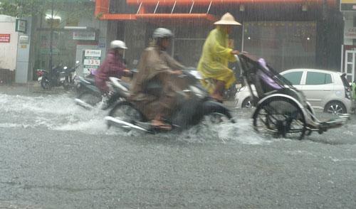 Mưa lớn, đường Đà Nẵng biến thành sông - 1