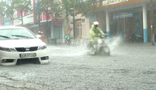 Mưa lớn, đường Đà Nẵng biến thành sông - 3