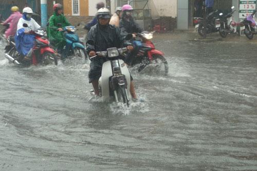Mưa lớn, đường Đà Nẵng biến thành sông - 4