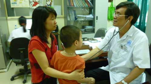 """Trẻ nhập viện vì mẹ """"nhồi"""" kháng sinh - 1"""
