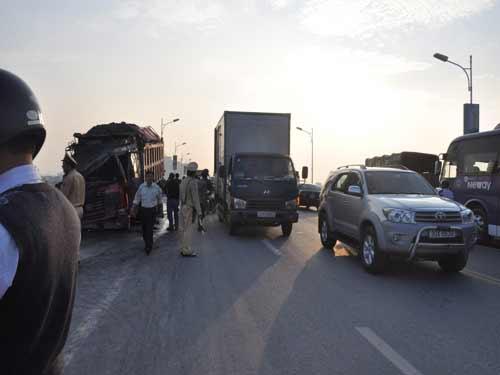 HN: Xe tải bốc cháy trên cầu Vĩnh Tuy - 2