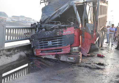 HN: Xe tải bốc cháy trên cầu Vĩnh Tuy - 1