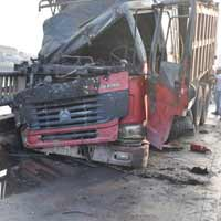 HN: Xe tải bốc cháy trên cầu Vĩnh Tuy