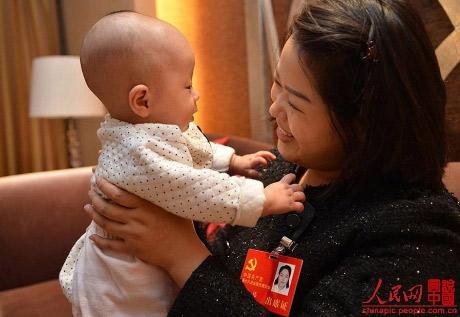 Nữ đại biểu TQ mang con đi họp Đại hội Đảng - 3