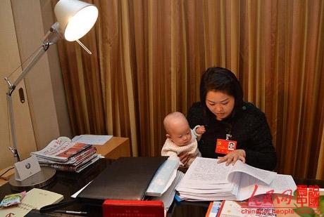 Nữ đại biểu TQ mang con đi họp Đại hội Đảng - 4