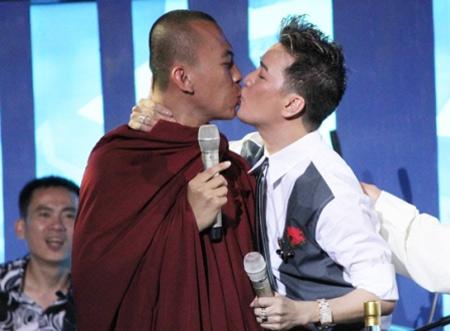 """Yêu cầu xử nghiêm vụ Mr Đàm """"hôn"""" nhà sư - 1"""