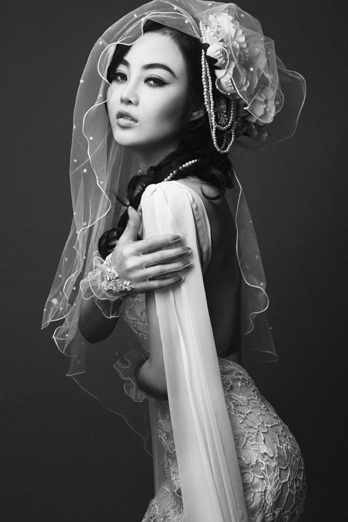 Julia Hồ e ấp như nụ hồng sau tà áo cưới - 1