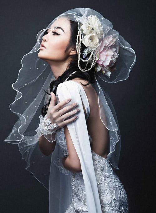 Julia Hồ e ấp như nụ hồng sau tà áo cưới - 2