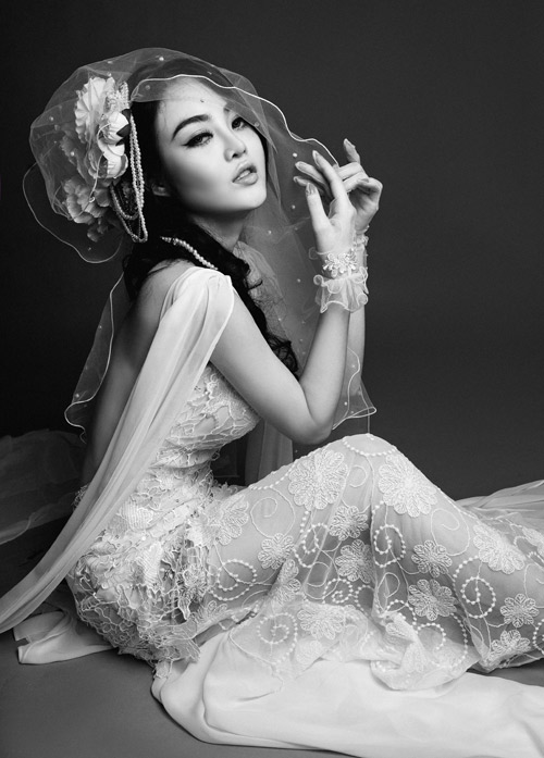 Julia Hồ e ấp như nụ hồng sau tà áo cưới - 8