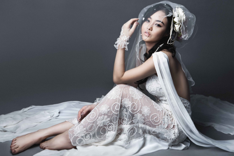 Julia Hồ e ấp như nụ hồng sau tà áo cưới - 9