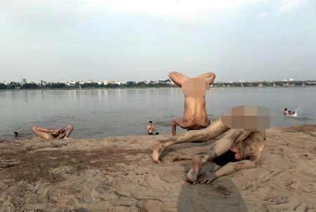 """Tới bãi sông Hồng xem... """"tắm tiên"""" - 1"""