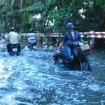 Tin tức trong ngày - TPHCM: Triều cường biến đường thành sông