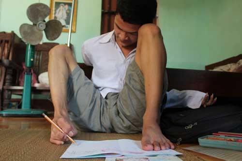 Cậu học trò vẽ tranh, làm thơ bằng… chân - 1
