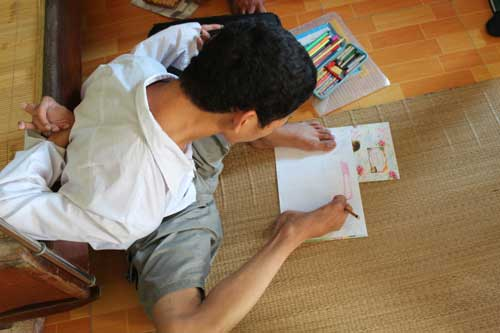 Cậu học trò vẽ tranh, làm thơ bằng… chân - 2