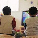 Sức khỏe đời sống - Trẻ vẹo cột sống vì xem tivi không đúng cách