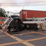 Tin tức trong ngày - Container tông lật xe ca, 12 người gặp nạn