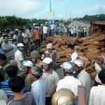 Tin tức trong ngày - Xe lật, gỗ quí tràn ra đường