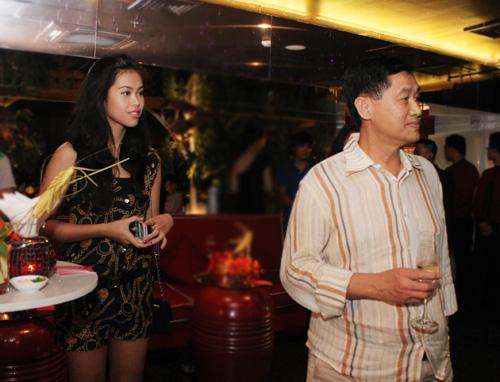 Hà Tăng xinh tươi bên bố chồng đại gia - 15