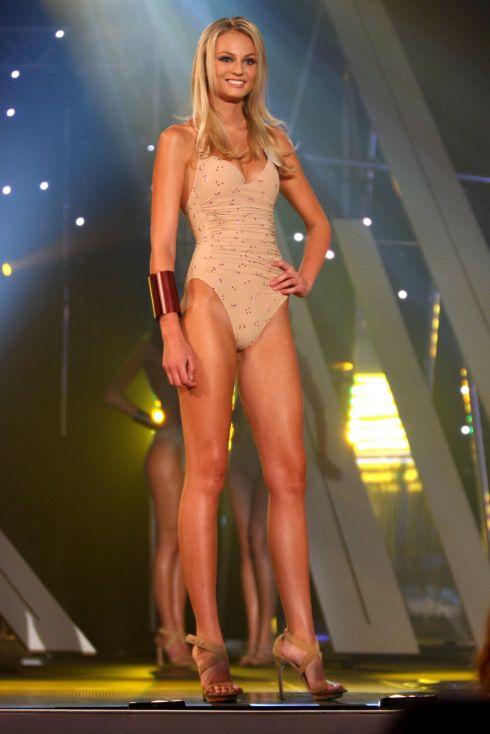 Đôi chân dài bất tận của tân Miss Earth - 1