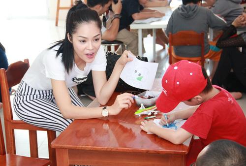 Dương Cẩm Lynh quấn quýt trẻ nhỏ - 3