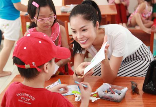 Dương Cẩm Lynh quấn quýt trẻ nhỏ - 4