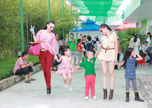 Dương Cẩm Lynh quấn quýt trẻ nhỏ - 16