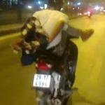 Tin tức trong ngày - Vừa cởi áo vừa lái xe máy bằng một chân